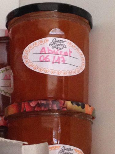 Pot de confiture d'abricots maison