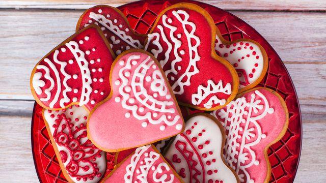 cookies-gateaux-sables-forme-coeur-decores-saint-valentin_5798431