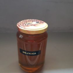 Apicultrice vend miel d'acacia